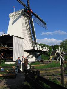 Windmolen in het openlucht museum met de bestuurders van IWO
